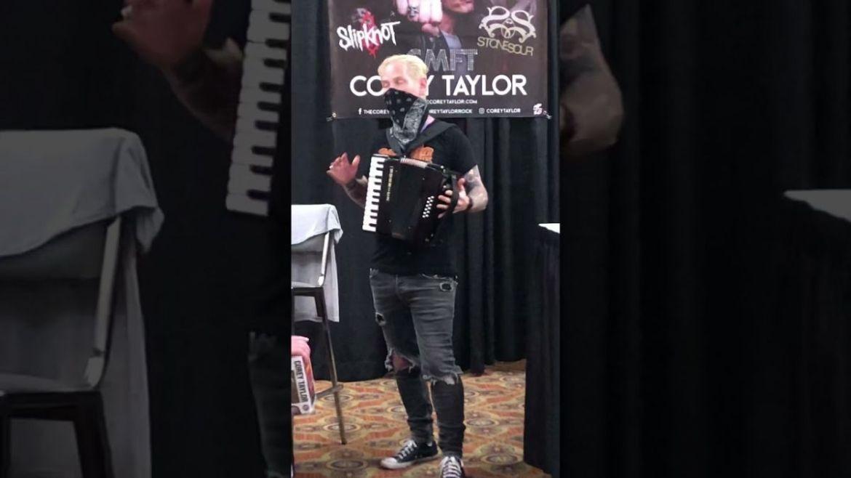 Corey Taylor tocando sanfona