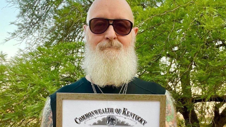 Rob Halford com seu certificado de Kentucky Colonels