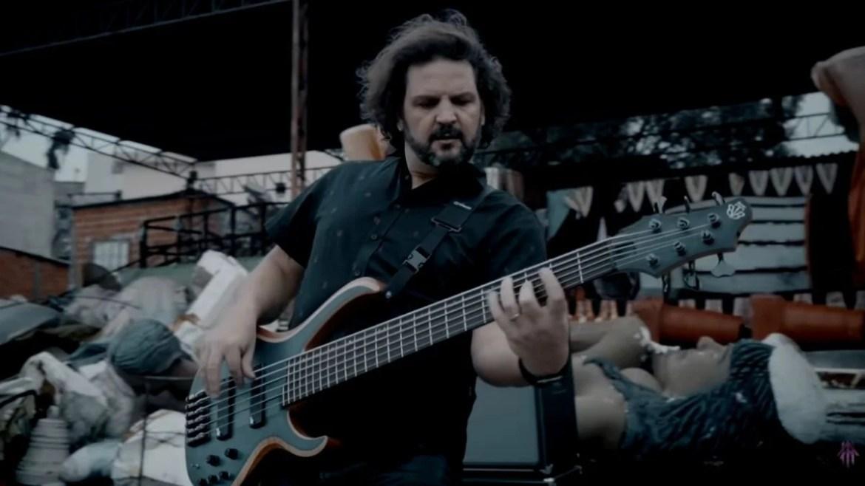 "Felipe Andreoli no videoclipe de ""Driven"""