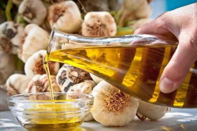 زيت الزيتون والثوم لعلاج انتفاخ الركبة