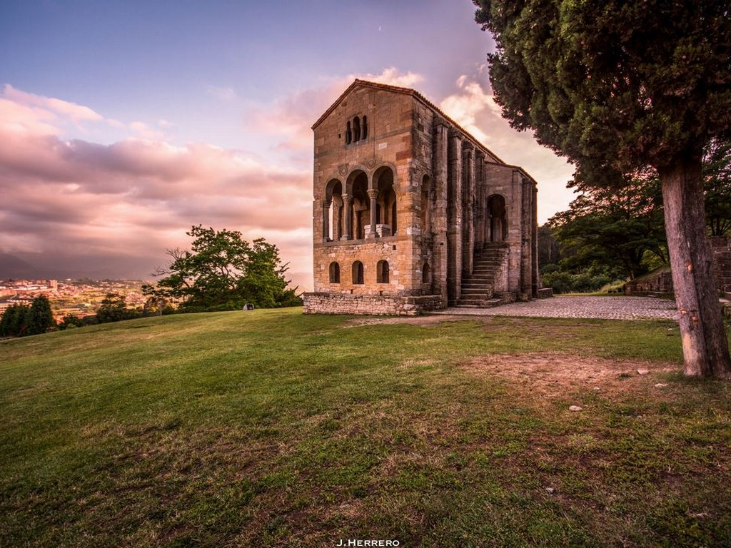 Santa María del Naranco, Oviedo. Asturië – Foto Joseba Herrero (500px.com)