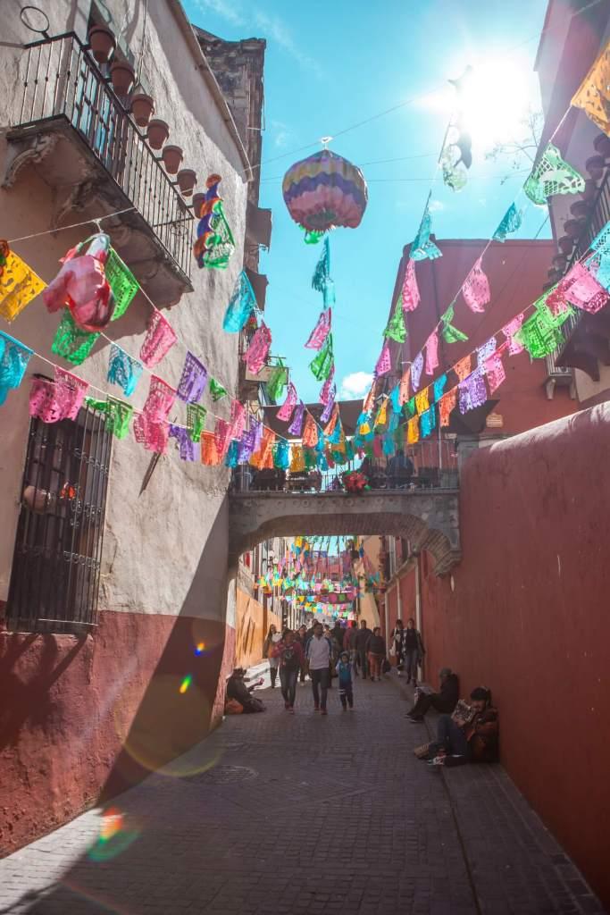 Guanajuato in Mexiko Gasse mit Flaggen