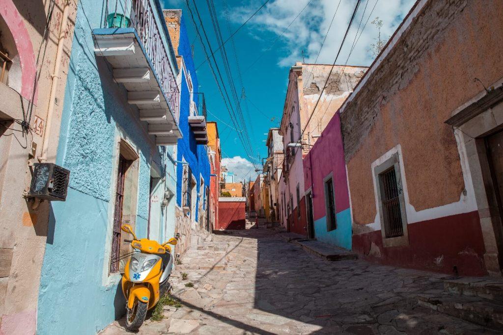 Guanajuato in Mexiko Gasse mit Roller