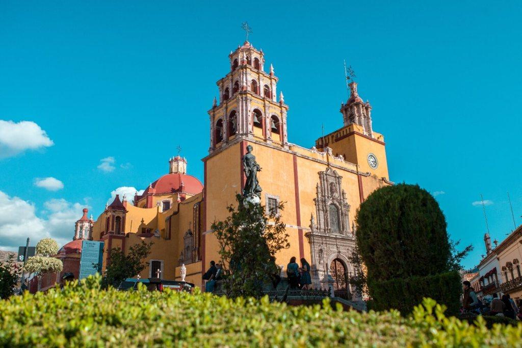 Guanajuato in Mexiko gelbe Kirche