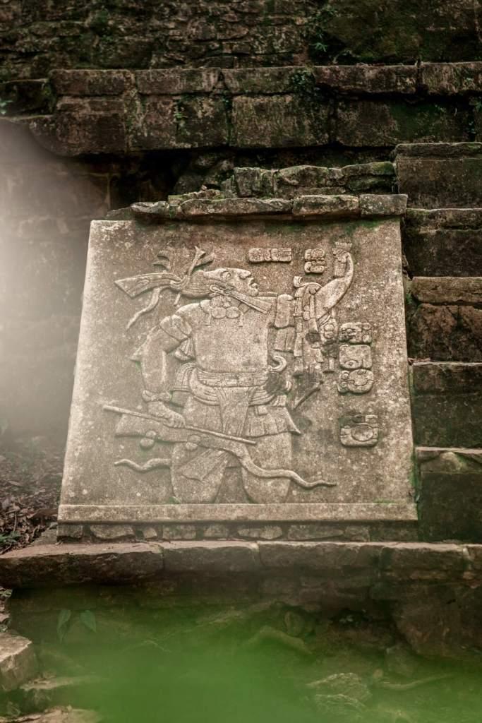 Platte mit einer Maya Figur