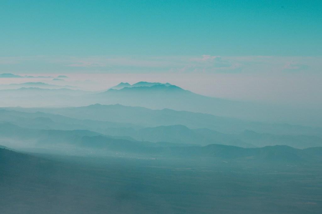 Ausblick auf die blaue Landschaft in Guatemala