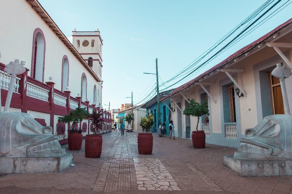 Straße zum Platz von Baracoa in Kuba