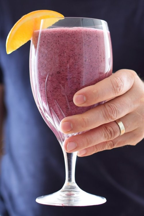 wild-blueberry-creamsicle-smoothie-hand-vert