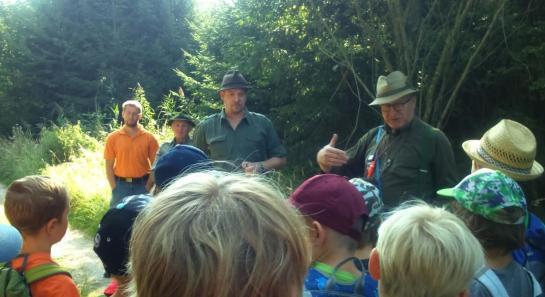 Anderl Maier erklärt, wie man sich in der Natur verhalten sollte.