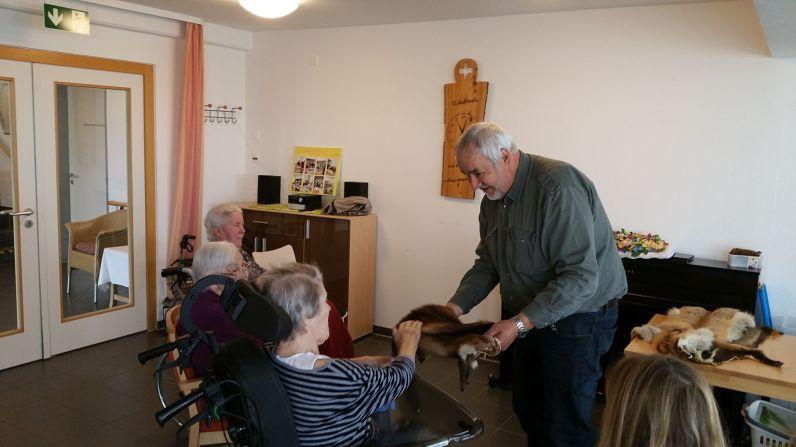 Die Senioren fühlen die Tierfelle.