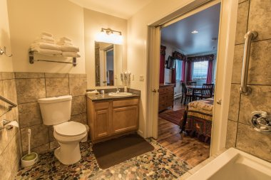 Wild Strawberry Lodge Suite Bathroom