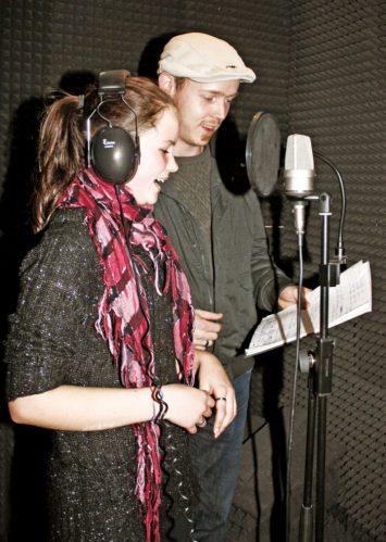 Nathalie und Sascha nehmen einen Song auf.