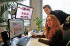 Katharina Postert und Kai-Daniel Schmidt zeigen die neue Homepage der Residenz in Höxter.