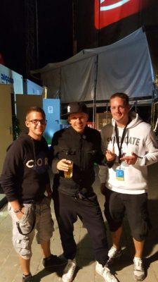 Gastautor Stefan Gröning (rechts) und sein Kumpel Sascha Mohr (links) Backstage mit Michi Beck von den Fantastischen Vier (Mitte)