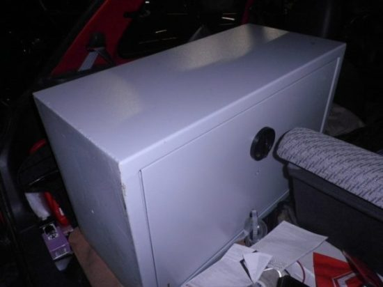 Das Foto zeigt den aus einem Einbruch stammenden Tresor im Fluchtwagen.