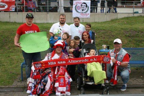 Zusammenhalt: Der kleine Tyler mitsamt Familie und Mitgliedern des FCB-Fanclubs Mia san Almerode e.V.