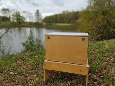 WILLI-WOOD Chuck-Box am See auf dem Hocker