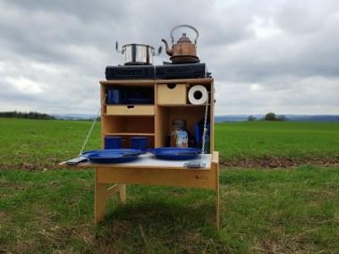 WILLI-WOOD Chuck-Box auf der Wiese offen