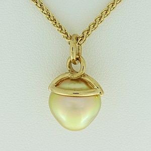 South Seas golden cultured pearl
