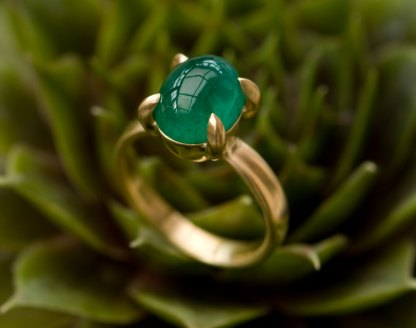 Large oval emerald cabochon ring in 18k yellow gold