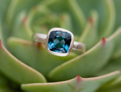 London Blue Topaz square solitaire set om sterling silver ring