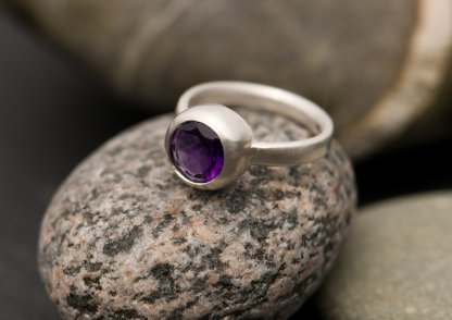 purple amethyst solitaire in silver ring