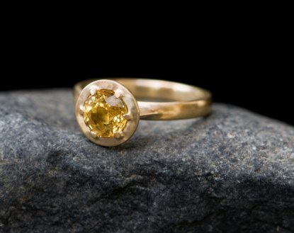 Yellow sapphire solitaire claw set into 18k gold ring
