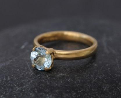 aquamarine claw ring in 18K yellow gold