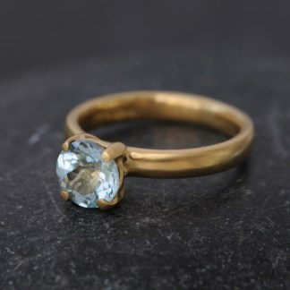 aquamarine claw ring in 18K yellow gold