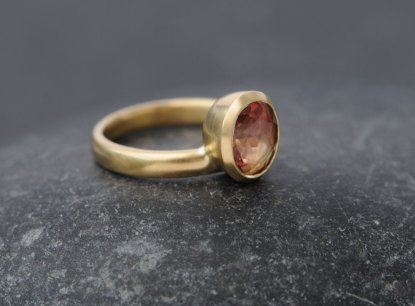 sunstone-oval-stacking-ring-in-18K-yellow-gold