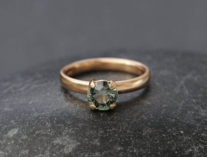 green sapphire 7mm claw ring in 18K rose gold