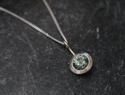 green sapphire 6mm necklace in 18K w gold