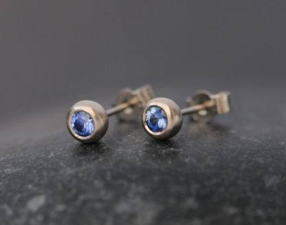 cornflower blue sapphire stud earrings in 18K white gold