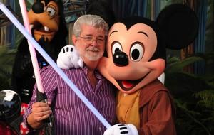 George Lucas e Mickey pousam para foto após a compra dos direitos de StarWars pela Disney. Créditos da Imagem: Site Cinema 10 (http://cinema10.com.br/upload/noticias/entretenimento_hollywood_lucasfilm_disney.jpg)