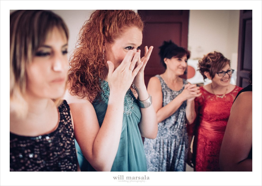 amiga de Paula llorando en una boda de emoción