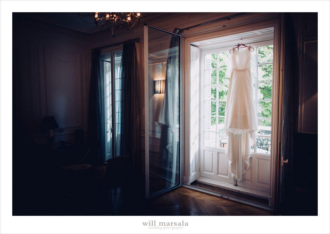 vestido de novia colgado en una habitacion fotografiado por will marsala
