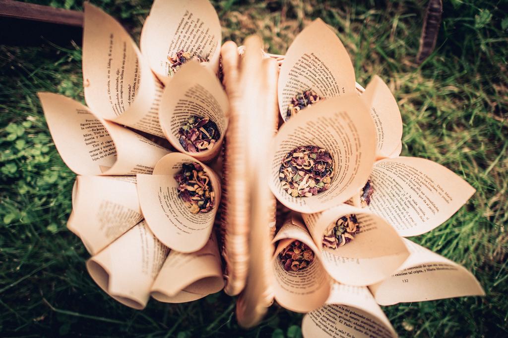 cucuruchos de papel para petalos de flores en las bodas