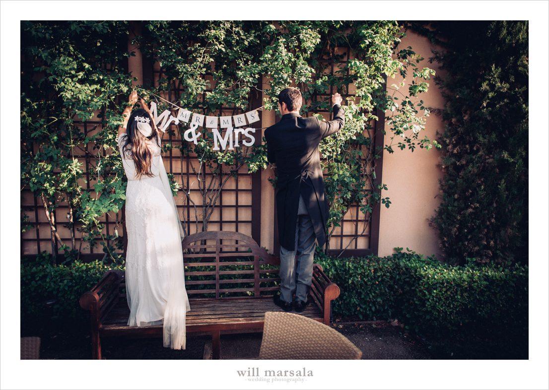 novios colocando los detalles de su boda
