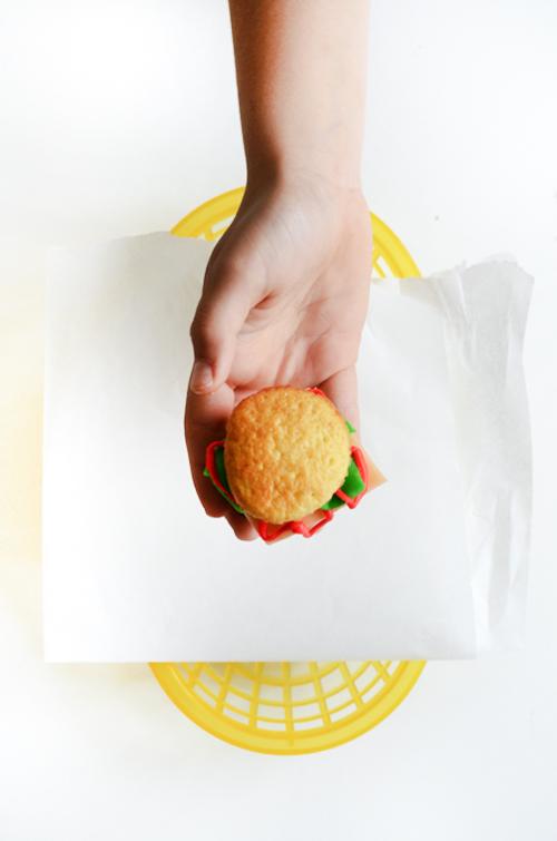 hamburger-cupcakeleadinbasket