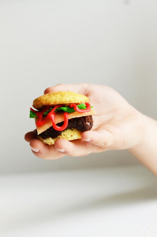 hamburger-cupcakeleadinhand