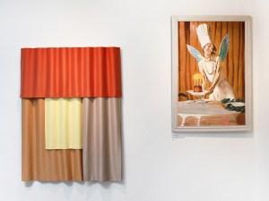 """Margrethe Odgaards """"Panorama Series"""" ved siden af et værk af J.F. Willumsen med en kvinde på en baggrund af et draperet gardin i samme nnuancer som Odgaards værker."""