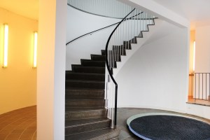 "Trappeopgangen til balkonen i Reliefsalen på Willumsens Museum. Margrethe Odgaards ""sliding Carpet"" på gulvet foran."