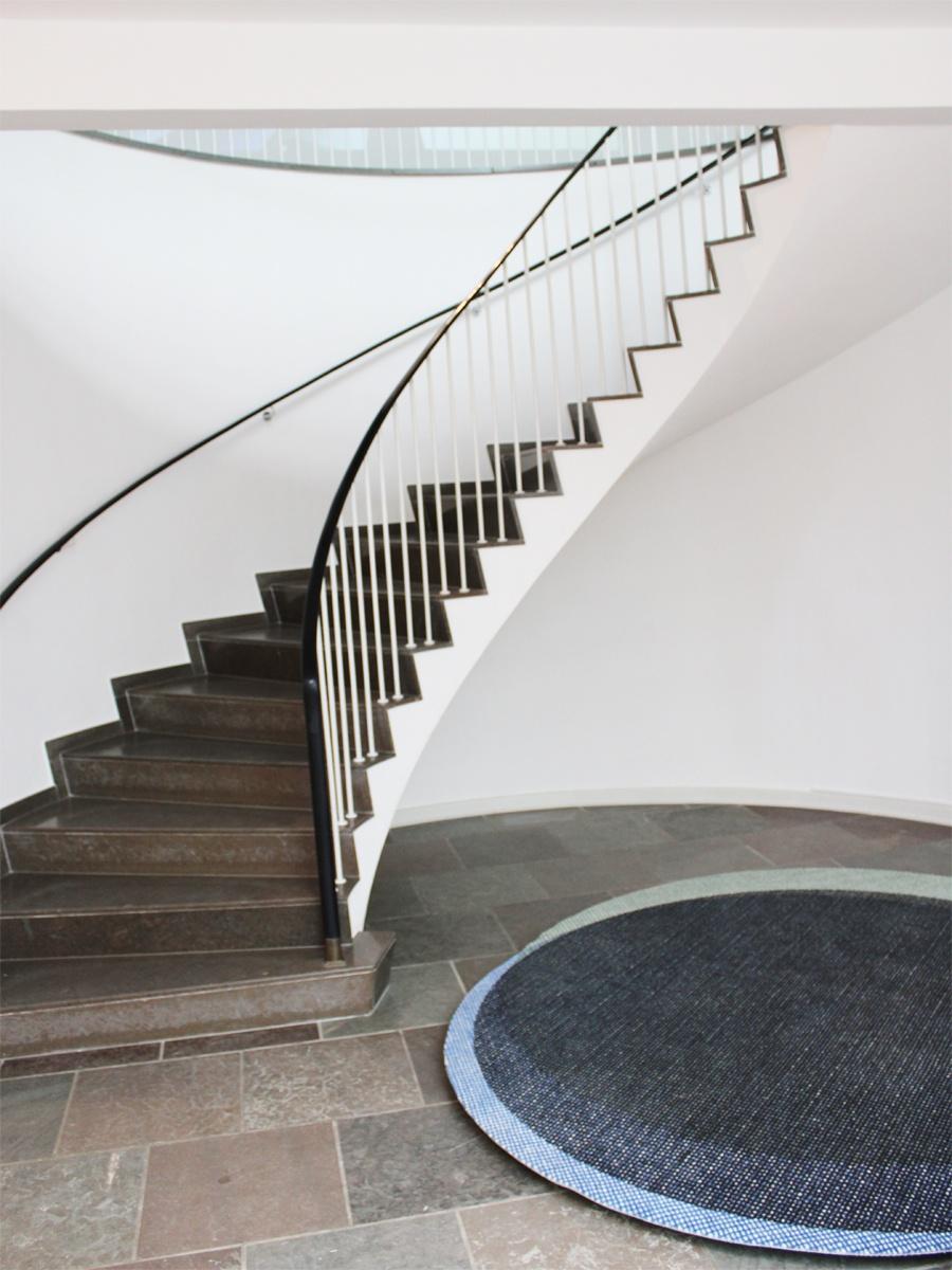 Trappeopgangen til balkonen i Reliefsalen på Willumsens Museum