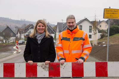 Bild vergrößern: Wilnsdorfs Bürgermeisterin Christa Schuppler und Oliver Alt, Projektleiter seitens des Landesbetriebs Straßenbau NRW, kündigen das baldige Ende der Bauarbeiten an der Ortsdurchfahrt Gernsdorf an.