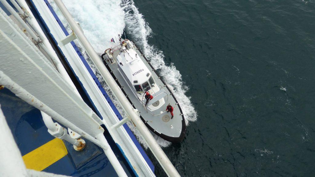 P1090640 loods komt aan boord