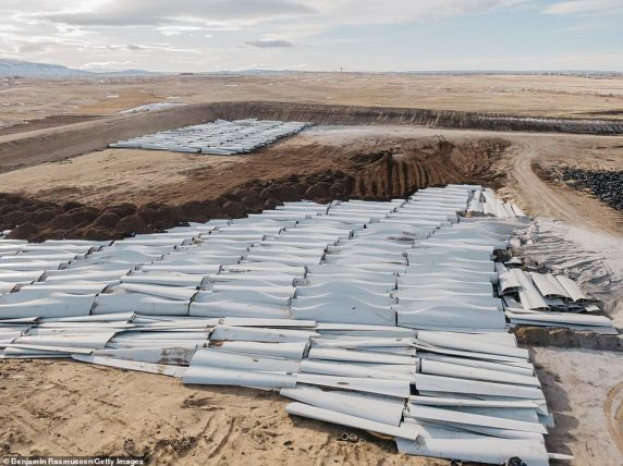 Not so green energy: Hundreds of non-recyclable fiberglass wind turbine  blades are pictured piling up in landfill   Wind Energy News