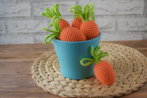 Free crochet pattern to cover cheap plastic eggs and make them more festive.