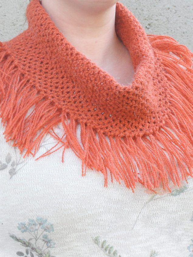 Free pattern for a light spring cowl to compliment any outfit.