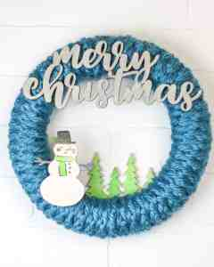 Watch this video tutorial to learn how to make a crochet wreath using a lbulky yarn and very simple crochet skills. This projects is great for beginners and first time crocheters. #yarncrafts #holidaydecor #DIYwreaths
