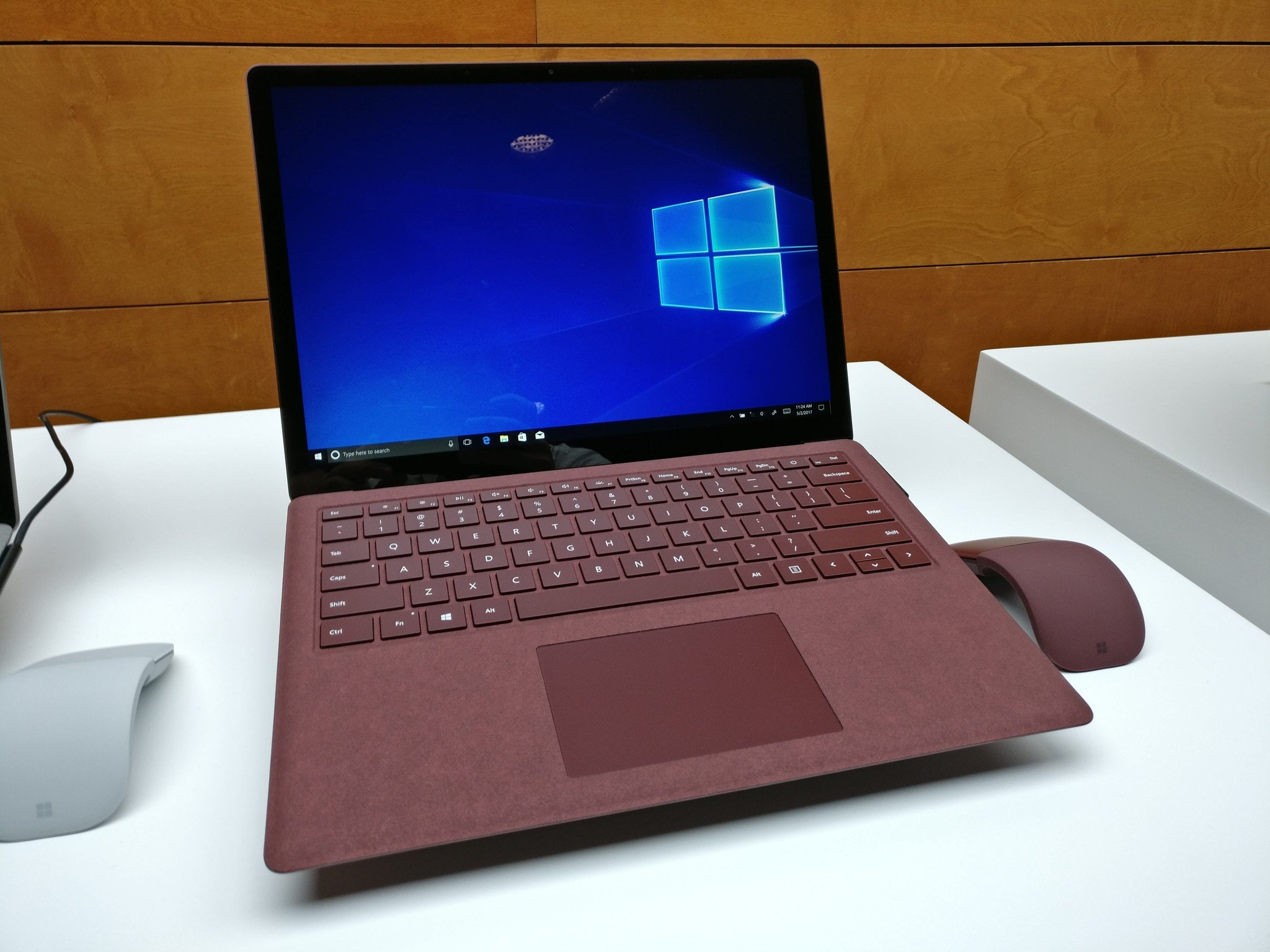 Microsoft Surface Laptop . Apple Macbook 2017 Tech